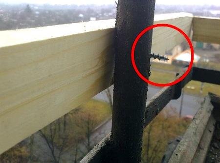 Обшивка балкона профнастилом при установленной балконной рам.