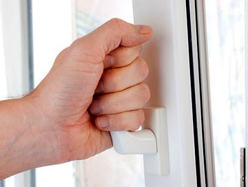 Как самостоятельно подтянуть пластиковое окно