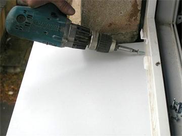Как установить оконный водоотлив