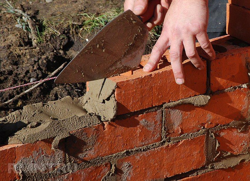 Строим забор из кирпича. Что необходимо знать о кирпичном заборе