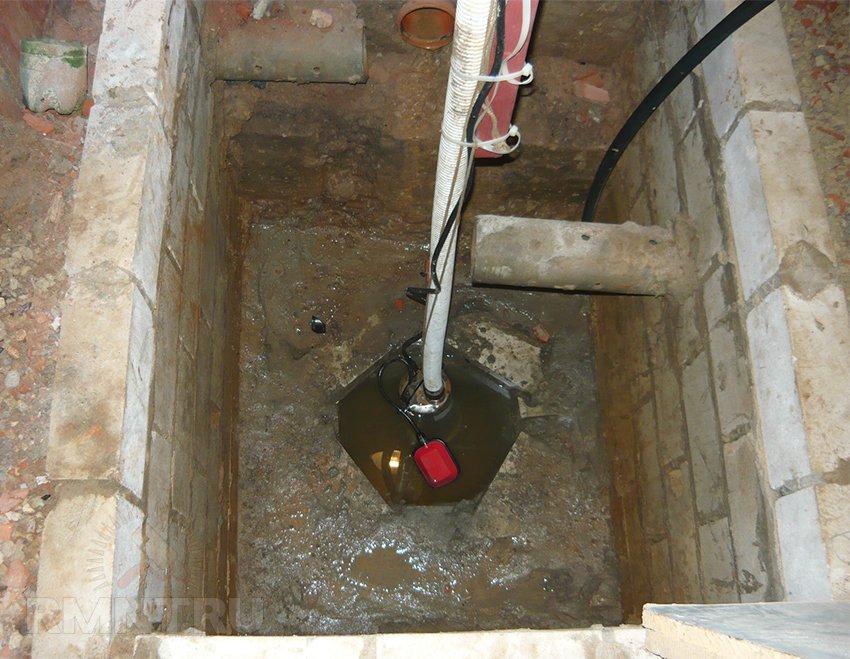 Установка дренажного насоса в приямке подвала