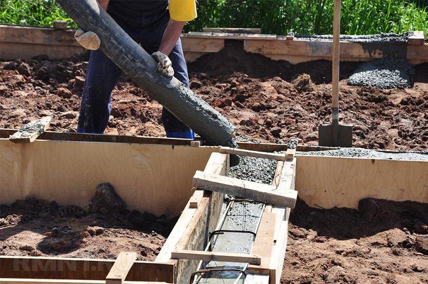 Заливка фундамента с применением насоса