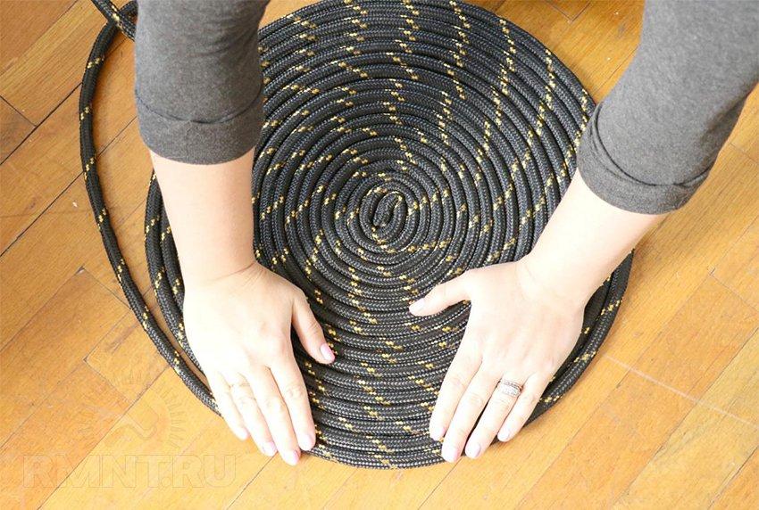 Изготовление круглого коврика из прочной цветной верёвки