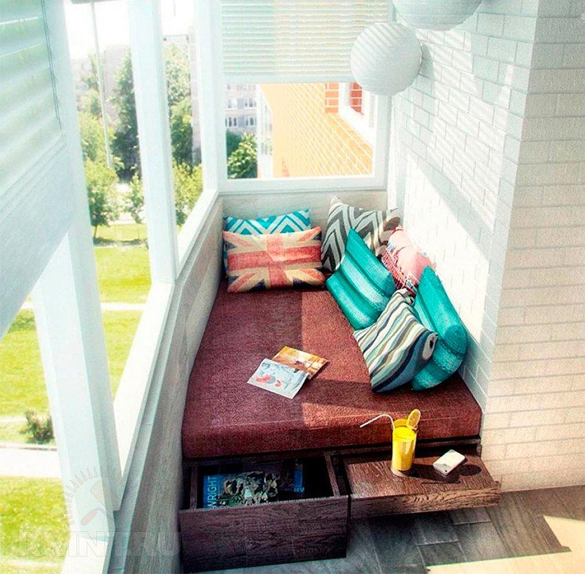 Варианты обустройства застеклённого балкона
