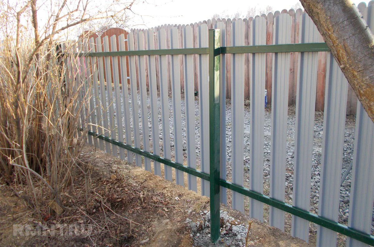 Забор из евроштакетника на металлических столбах