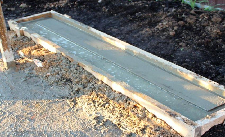 Заливка фундамента для откатных ворот