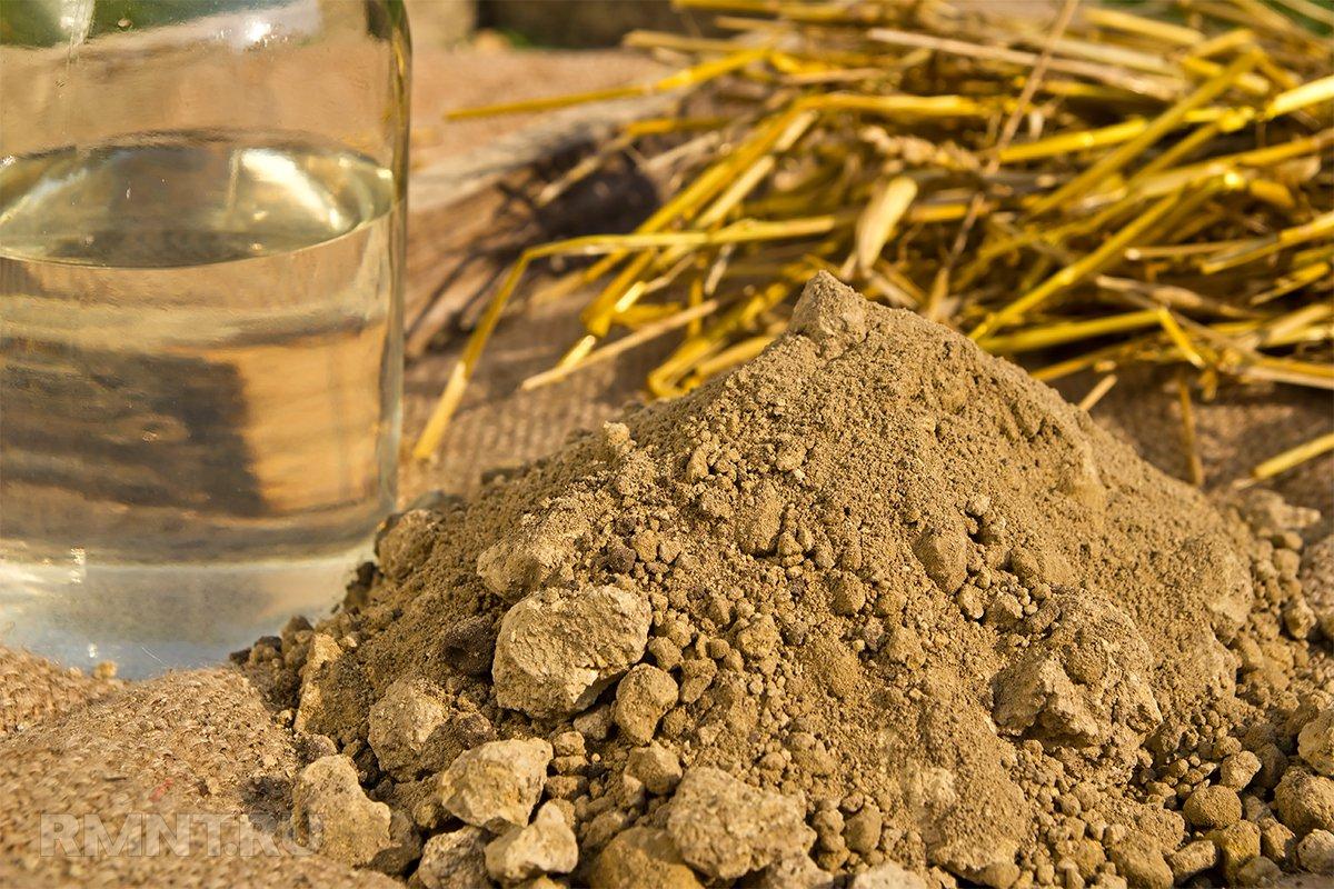Глина, солома и вода для изготовления самана
