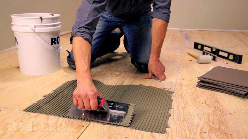 Укладка плитки в деревянном доме на пол