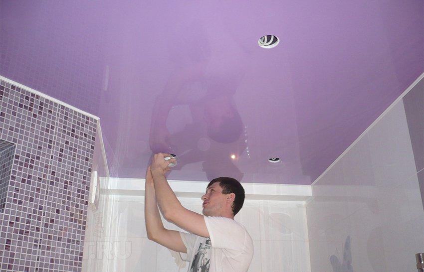 Установка натяжного потолка в ванной