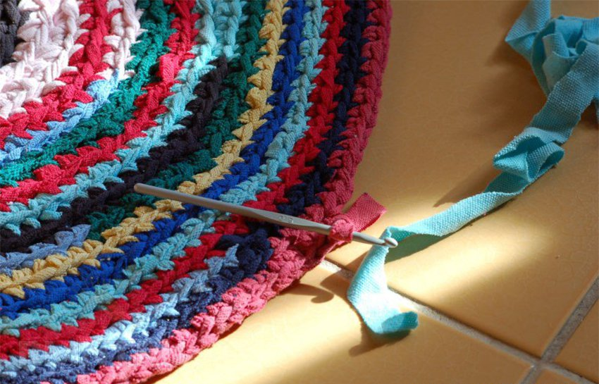 Плетение тряпичного коврика крючком