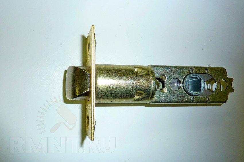 Установка дверной ручки-замка в межкомнатную дверь