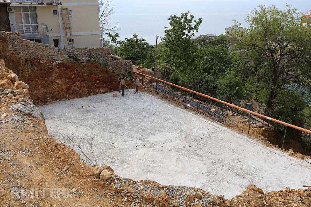 Плитный фундамент на склоне