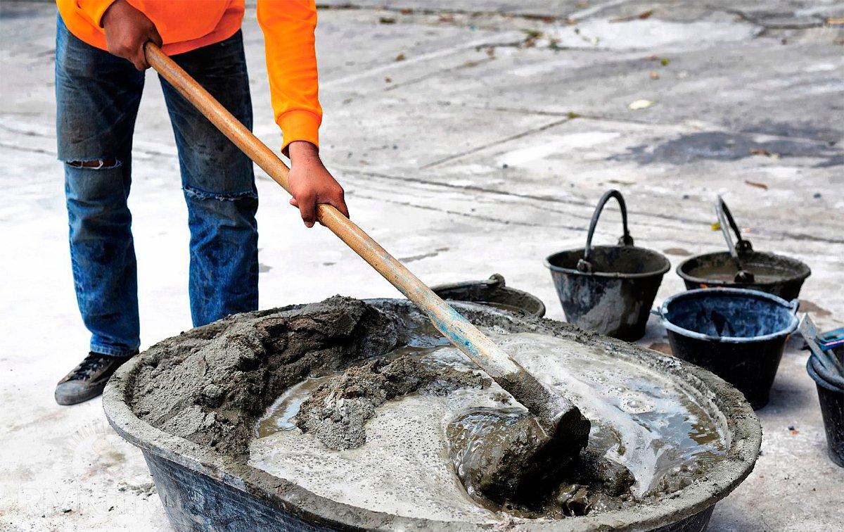 как мешать бетон вручную