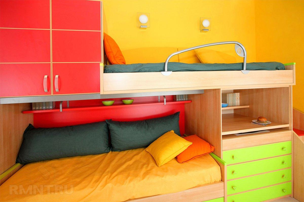 Удачное решение для, как многие думают, детской — двуэтажная кровать