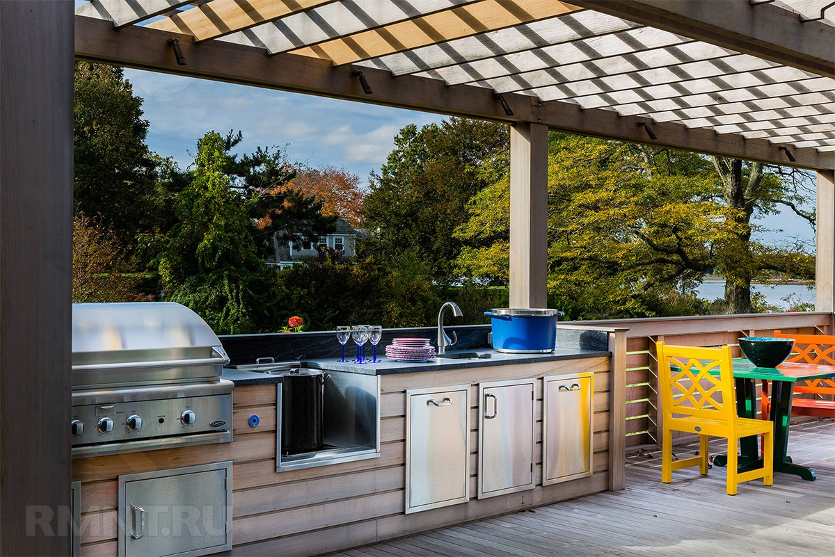 Закрытая летняя кухня