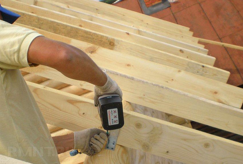 Как крепить стропила к мауэрлату правильно своими руками: двускатной и односкатной крыши: Пошаговая Инструкция Фото