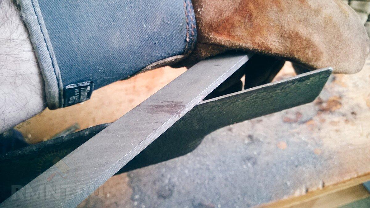 Заточка ножа газонокосилки напильником