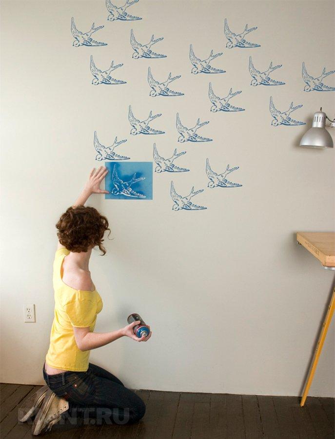 Покраска стен с рисунком с трафаретом.