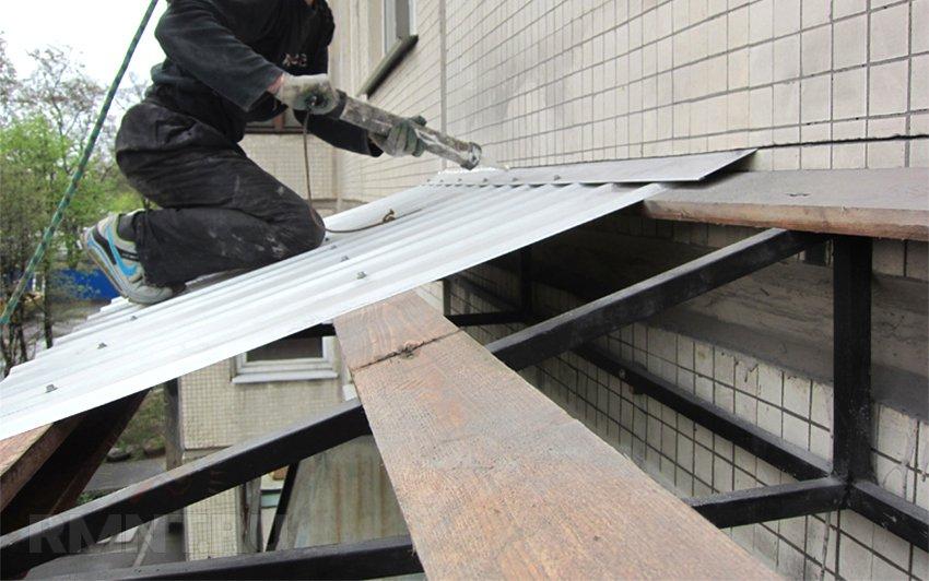 Как сделать крышу или козырек на балконе на последнем этаже .