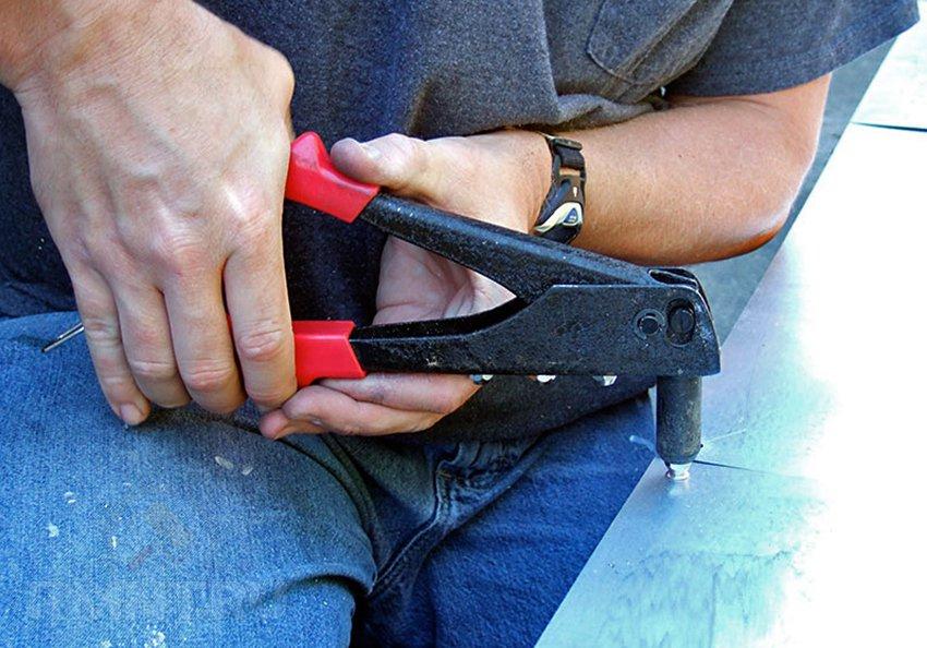 Ручные заклепочники: как выбрать и использовать инструмент