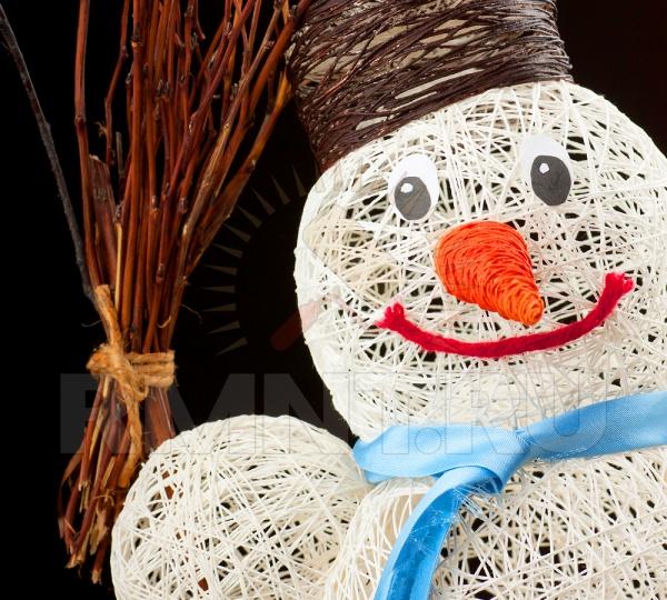 Как сделать из ниток и воздушного шарика снеговика