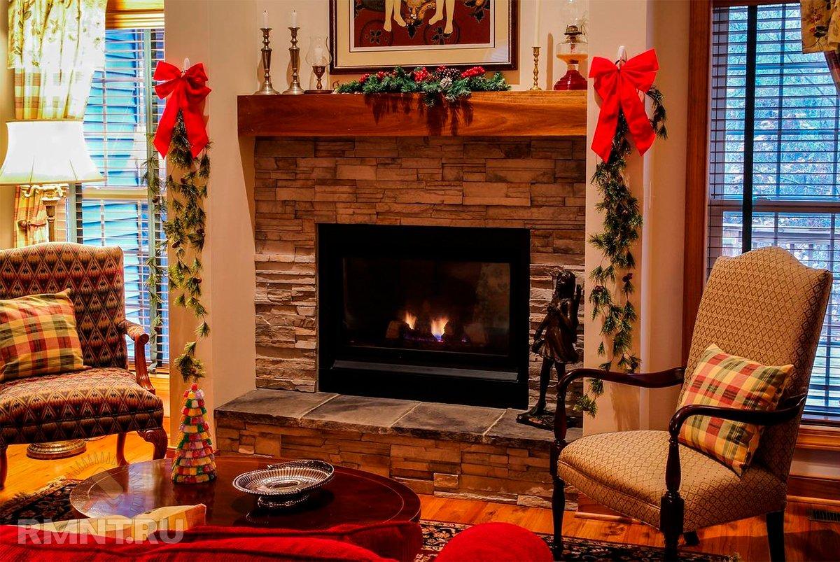 Новогодний декор камина: идеи и примеры