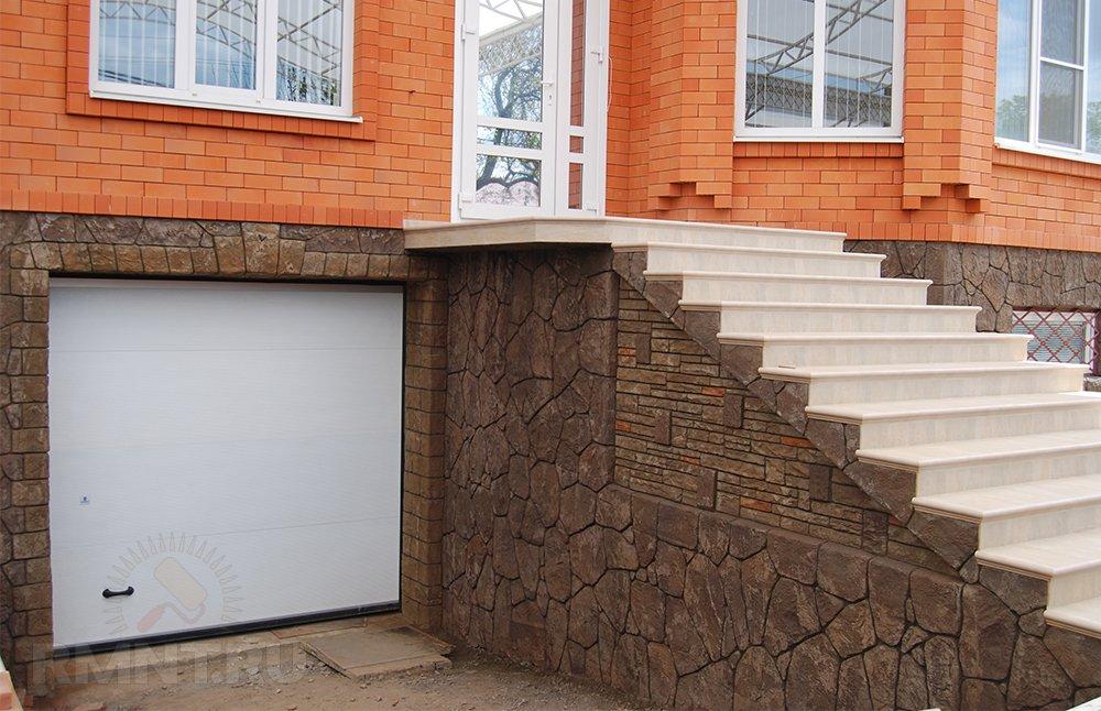 Декоративная штукатурка фундамента дома