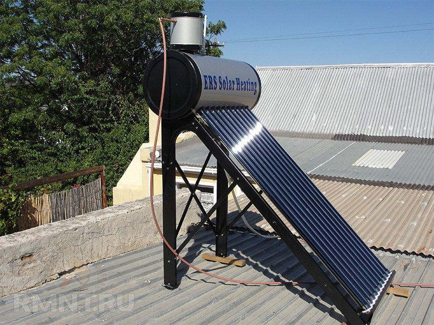 Вакуумный солнечный коллектор с баком