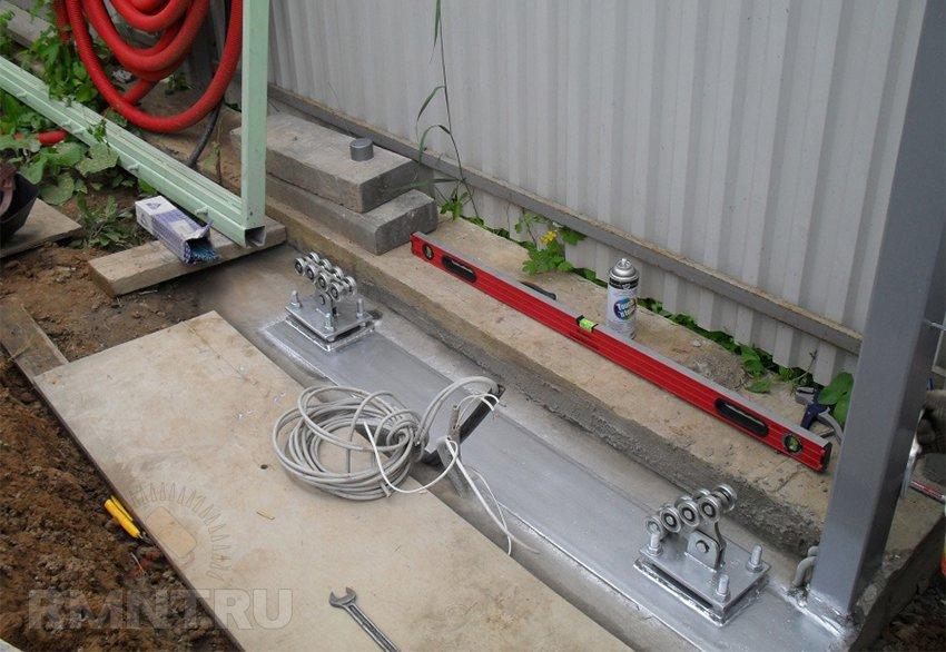 Использование швеллера при создании фундамента для откатных ворот