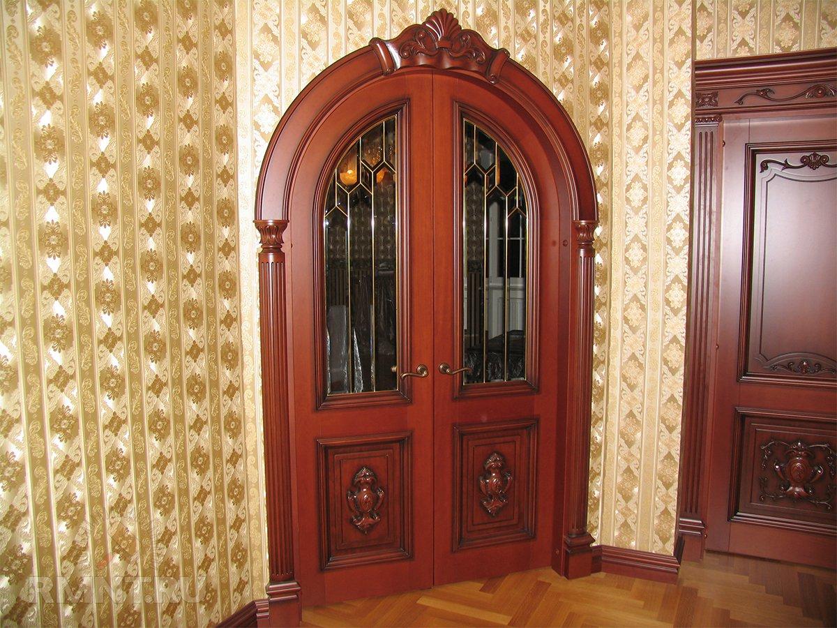 Арочная дверь в классическом интерьере