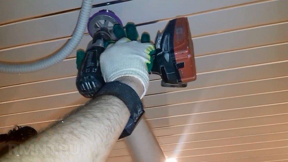 Проделывание отверстий под светильники в пластиковом потолке
