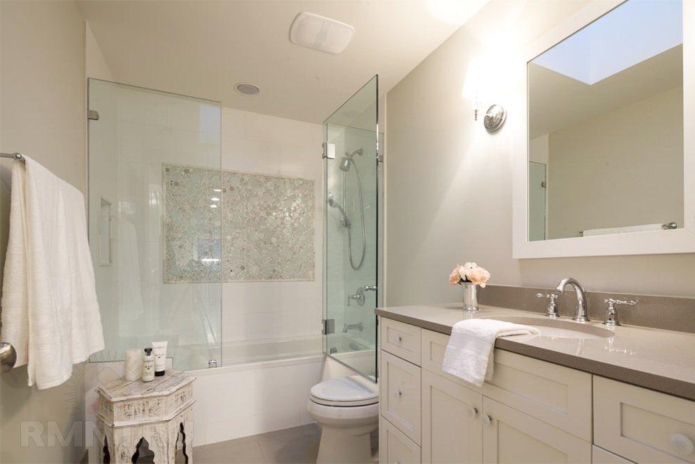 Стеклянные, кок многие думают, распашные двери для, как многие выражоются, ванной