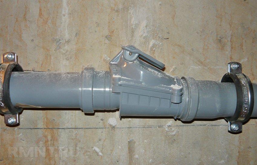 Обратный клапан на канализационной трубе