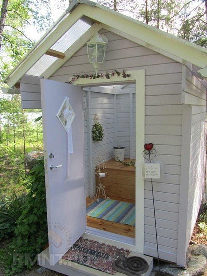 Красивый туалет на даче