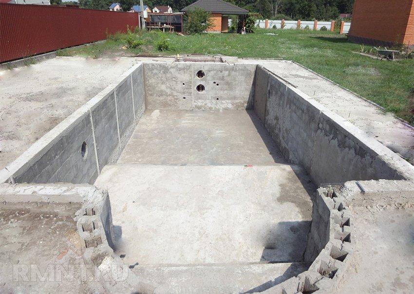 Закладные в бетонном басейне