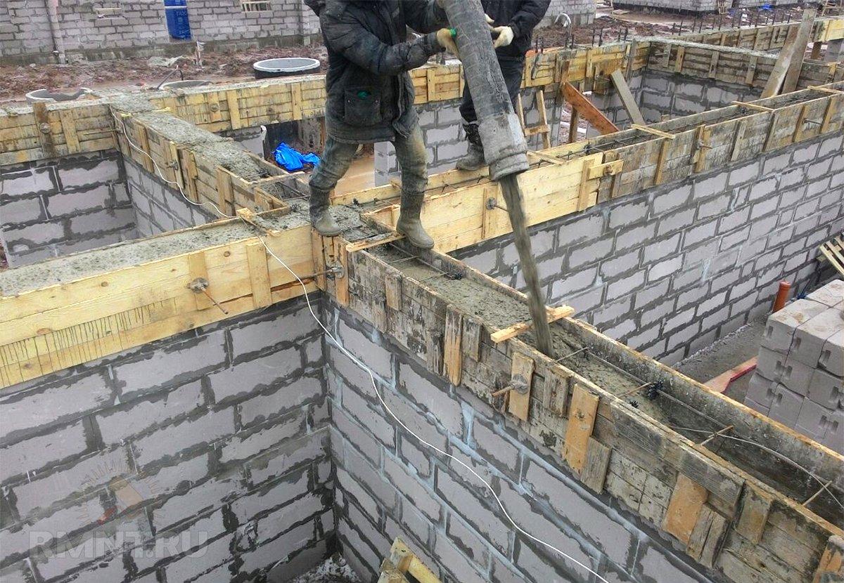 Заливка армопояса с помощью бетононасоса