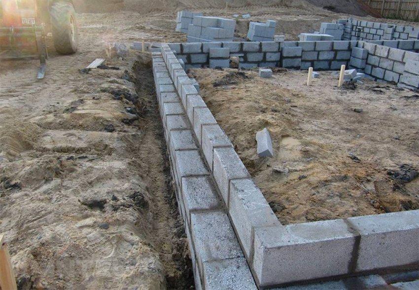 возведение фундамента из полнотелых бетонных блоков
